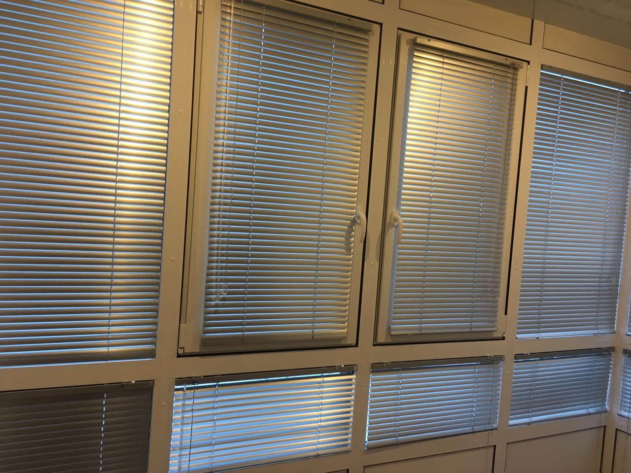 Горизонтальные жалюзи на окне