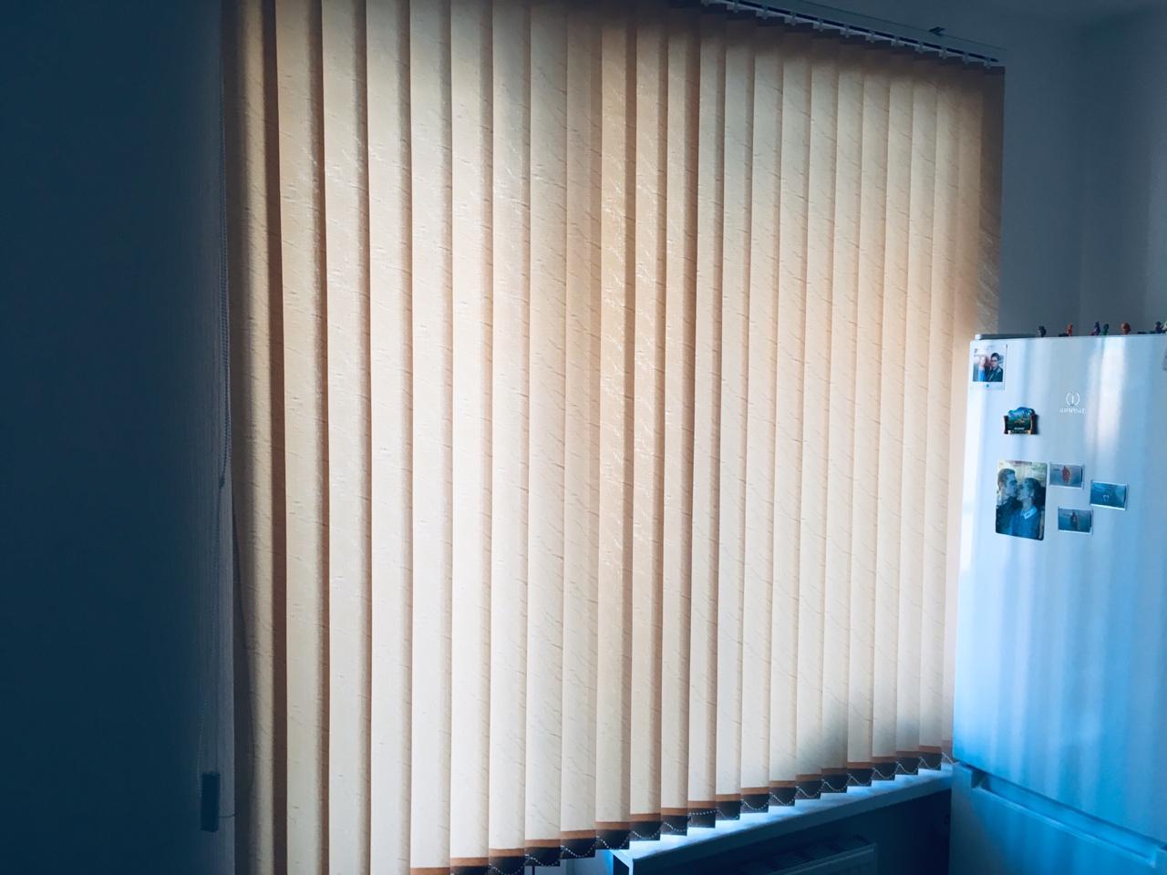 Вертикальные жалюзи на окне